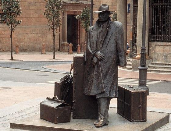 La escultura de El Viajero, de Eduardo Úrculo, es uno de los iconos de Oviedo.