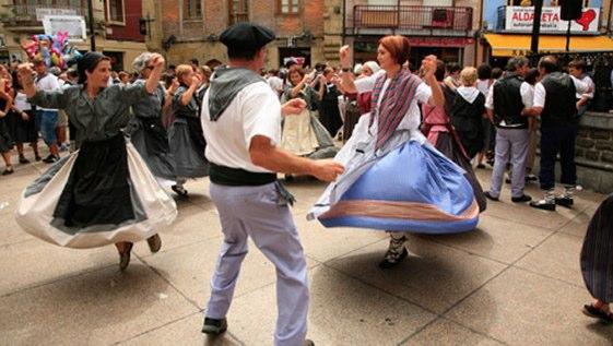 Txistularis, trikitilaris, dultzaineros, y tunturros llenan las calles de Zarautz durante las Euskal Jailak.