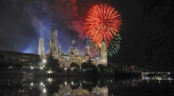 Las fiestas terminan con un espectacular castillo de fuegos artificiales sobre el río Ebro.