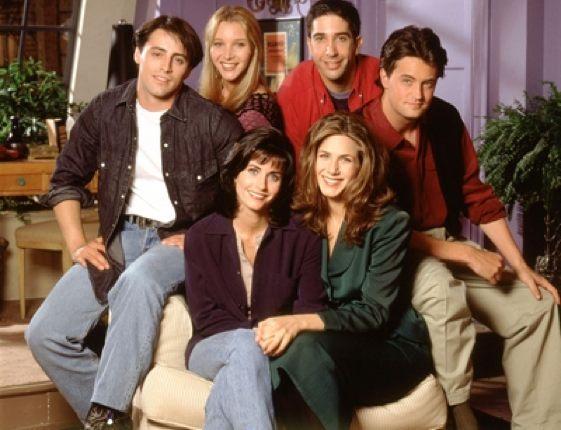 Friends se emitió por primera vez el 22 de septiembre de 1994 por la cadena NBC y terminó el 6 de mayo de 2004. Trata sobre la vida de un grupo de amigos -Rachel Green, Monica Geller, Phoebe Buffay, Joey Tribbiani, Chandler Bing y Ross Geller- que residen en Manhattan, Nueva York.