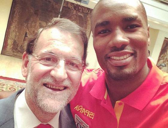 Mariano Rajoy es un gran seguidor del deporte de alta competición, como demuestra este selfie con el jugador de baloncesto Serge Ibaka