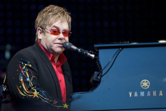 La colección de clásicos del pop obra de Elton John es infinita.