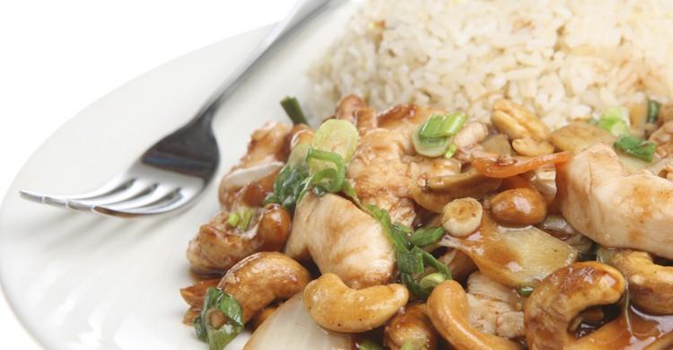 Comida china con tenedor (iStock)