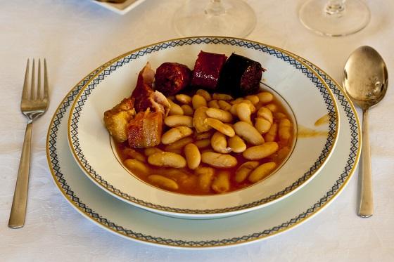 Un plato casero de fabada asturiana