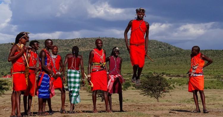 Jóvenes de la tribu Maasai en Tanzania saltan en uno de sus ritos