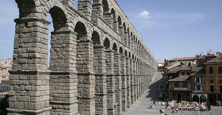 El acueducto se alza imponente en Segovia