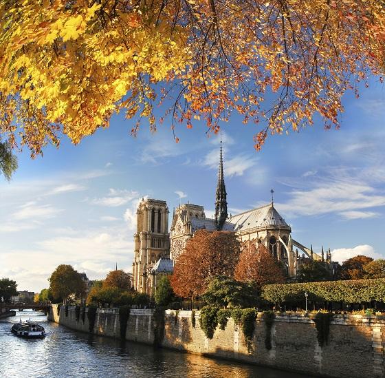 Vista de la Catedral de Notre Dame de París desde el río Sena, acercándose por su parte meridional
