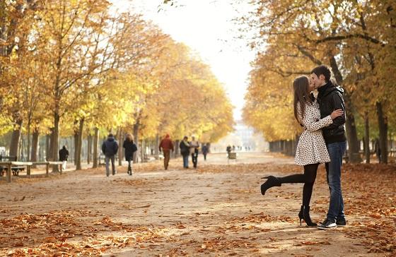 Una pareja se besa en los Jardines de Luxemburgo de París