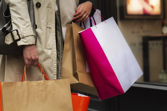 Una mujer lleva varías bolsas con compras hechas en las calles comerciales de París