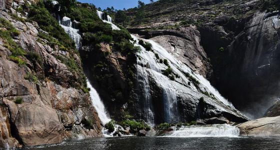 ¿Una cascada que cae directamente del mar? En Coruña es posible. (iStock)