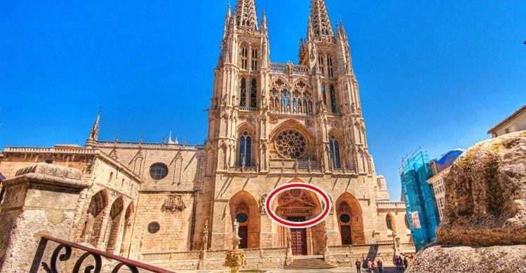 Fachada de la catedral de Burgos. Dentro del círculo, el frontón. El Coleccionista de Instantes Foto (Flickr).
