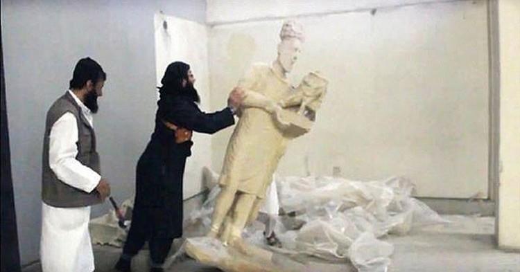 Los soldados del ISIS, destruyendo estatuas en el museo de Mosul - YouTube