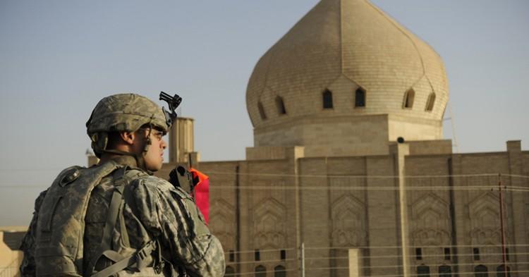 Un soldado frente a una mezquita en Mosul - The U.S. Army, Flickr