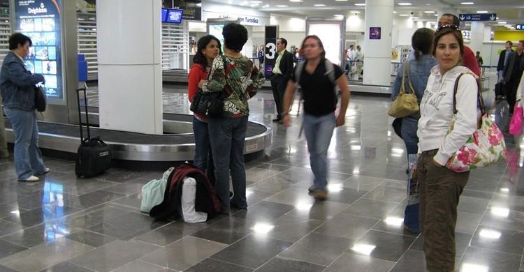 Pasajeros esperando sus maletas. Christian Córdova (Flickr)