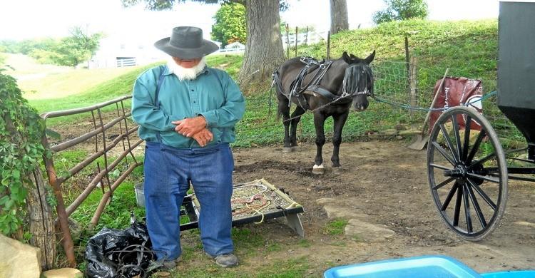 Anciano amish rehusa mostrar su rostro en la fotografía. Doug Brown, Flickr.