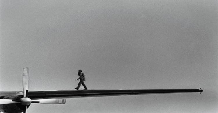 Operario sobre el ala e un avión. Foto: Thierry Des Ouches, Gtres