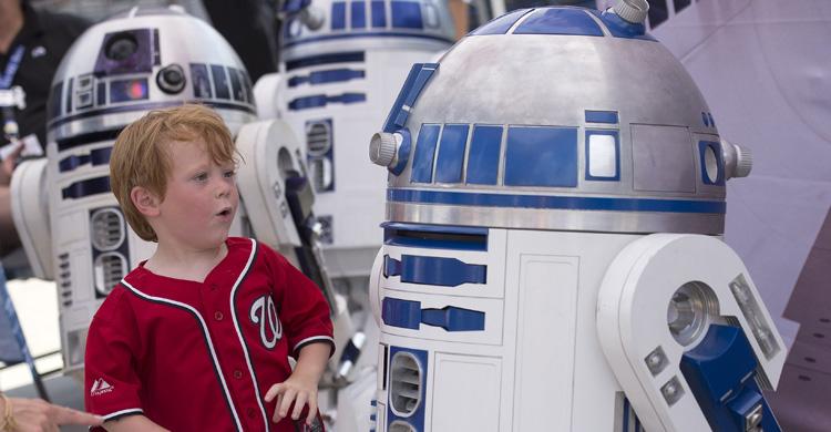 Niño con R2-D2. Kevin Dietsch (Upi)