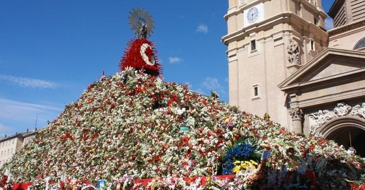 La Virgen del Pilar, cubierta de flores. Fernando (Flickr).