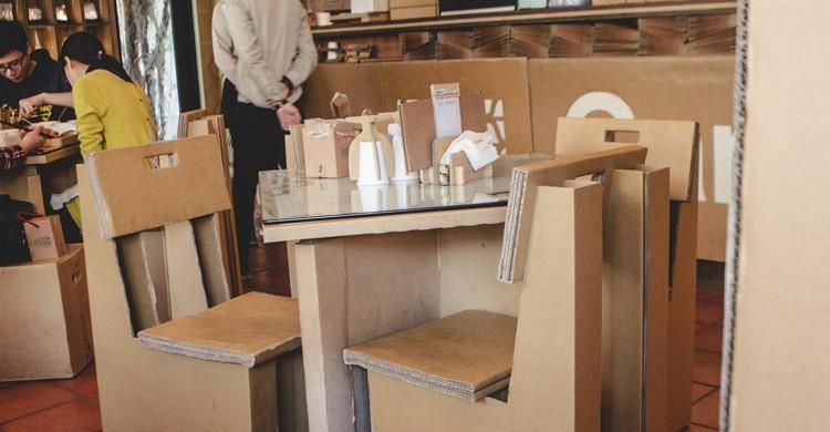 Mesas y sillas del restaurante Carton King. Jirka Matousek, Flickr