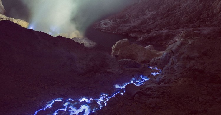 Los ríos de lava azul fluyen por el volcán Kawah Ijen. Reuben Wu