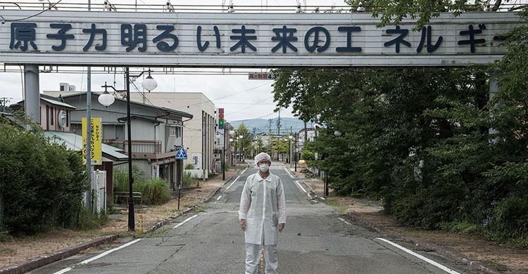 Paradójico cartel en un acceso a Fukushima (Autor: pooniesinski.pl)