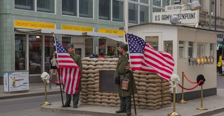 El famoso Checkpoint Charlie de Berlín. trombone65 (PhotoArt Laatzen) (Flickr)