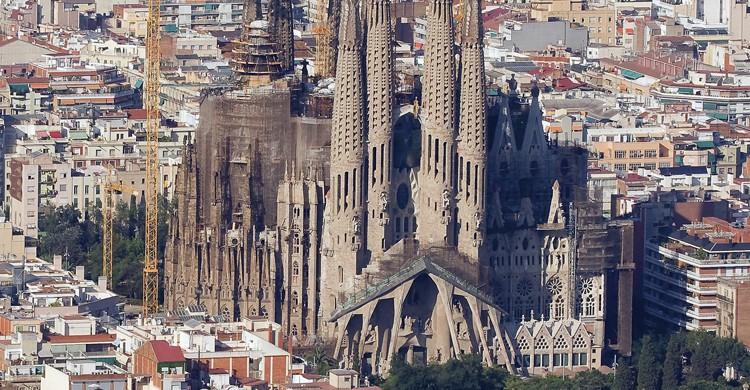 La Sagrada Familia entre la ciudad (iStock)