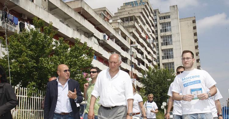 Un político italiano se pasea por las calles de Scampia. Fijaos en los edificios. Mario Morcone (Flickr)