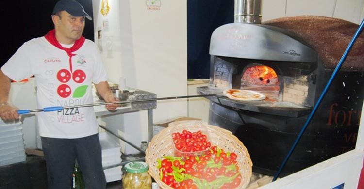 Napolitano preparando pizza. Fiore S. Barbato (Flickr)