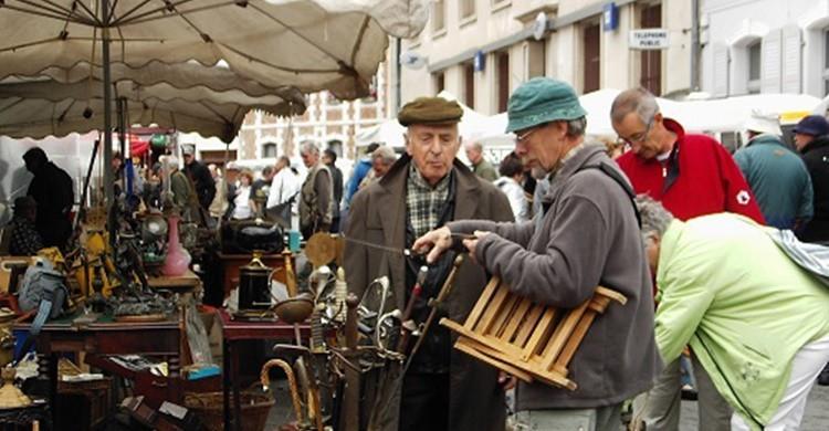 Buscando antigüedades en el mercado de Montreuil. J Marsh (Flickr)