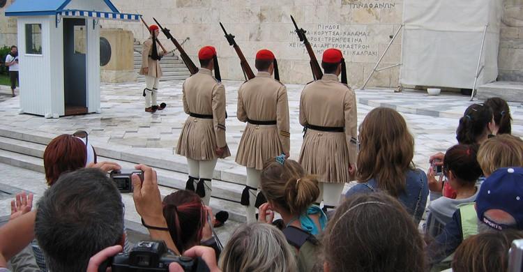 Momento del cambio de guardia ante la atención de los turistas. José María Mateos (Flickr)