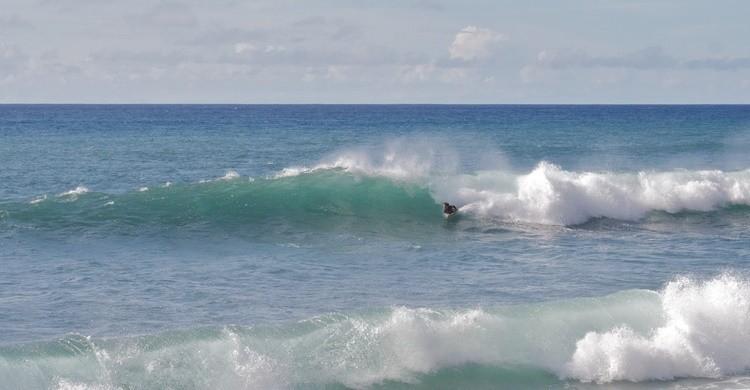 Surfista en una playa de Madeira. Alexander Baxevanis (Flickr)