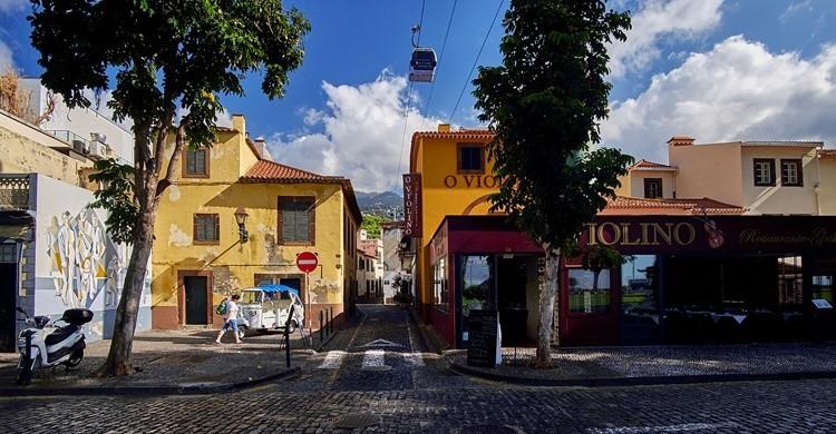 Calle de Funchal con el teleférico por encima. Artur Malinowski (Flickr)