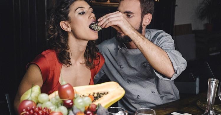 El actor Marc Morato hace de chef en Trip4Real. XConfessions Vol. 4, Erika Lust Media Center