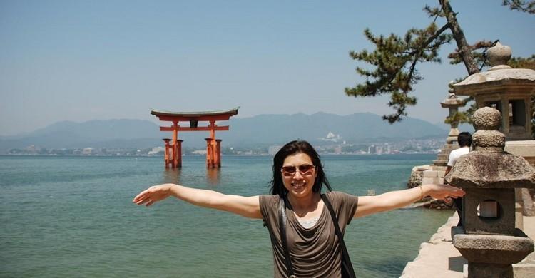 Una turista se hace una foto en Miyajima. Xiquinho Silva (Flickr)