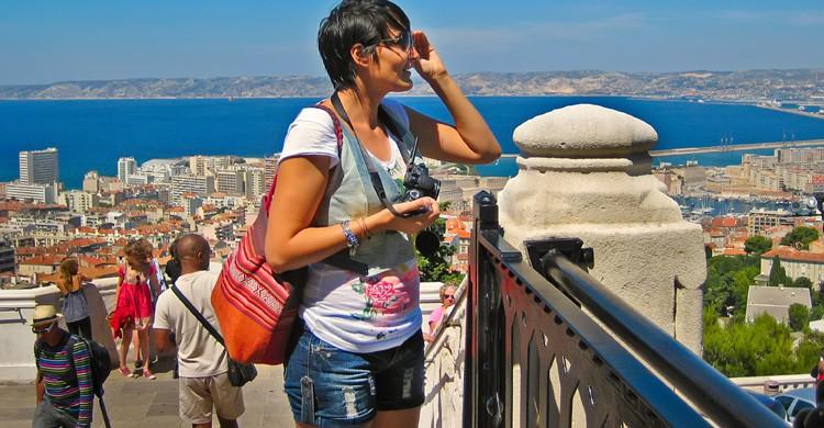 Una turista admira las vistas de Marsella (iStock)