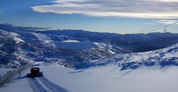 Espectacular imagen de una de las pistas, con su telesilla, de Leitariegos. (http://www.leitariegos.net)