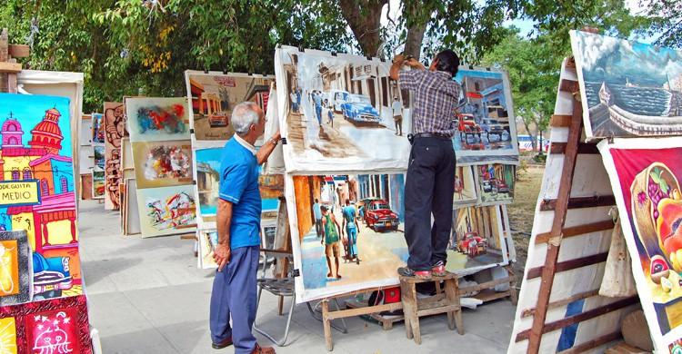 Mercado de arte en las calles de La Habana (iStock)