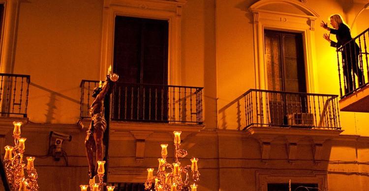 Vecina sevillana canta una saeta a uno de los pasos. Pablo BM (Flickr)