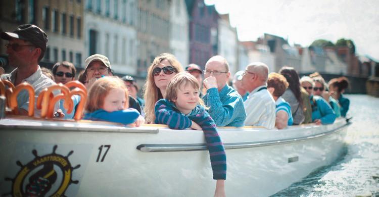 Una de las barcas que surcan los canales de Brujas. (vincent desjardins) (Flickr)