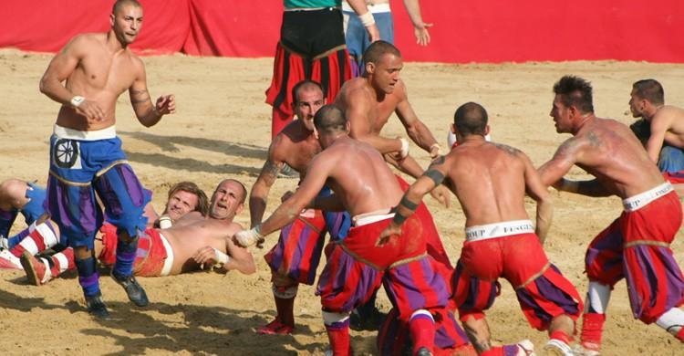 Momento de un partido de 'calcio storico' o 'calcio fiorentino'. (Wikipedia)