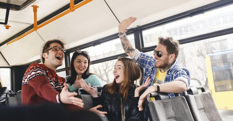 Amigos de viaje en autobús (Istock)