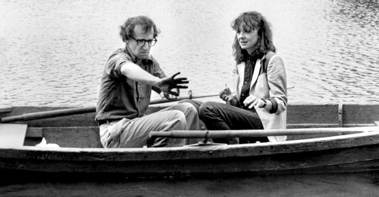 Woody Allen y Diane Keaton en barca por Central Park. Fotograma de la película Manhattan