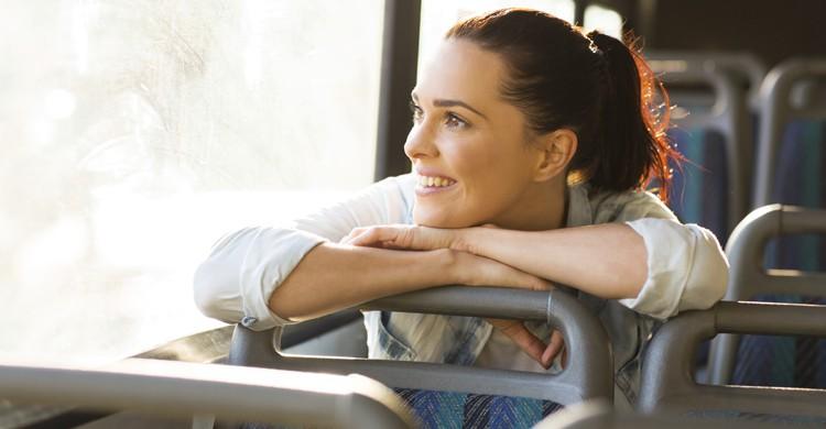 Chica en autobús (Istock)