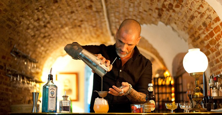 Preparando cócteles. 1862 Dry Bar, Facebook