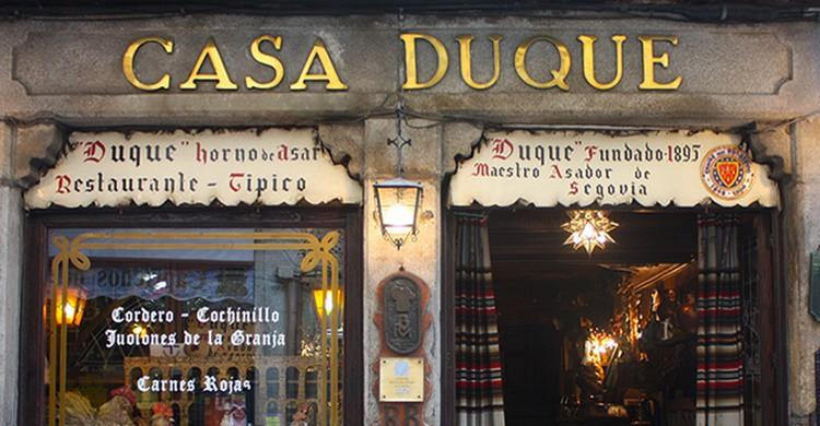 Si el cochinillo tiene un nombre, ese es Casa Duque. (http://www.restauranteduque.es/)