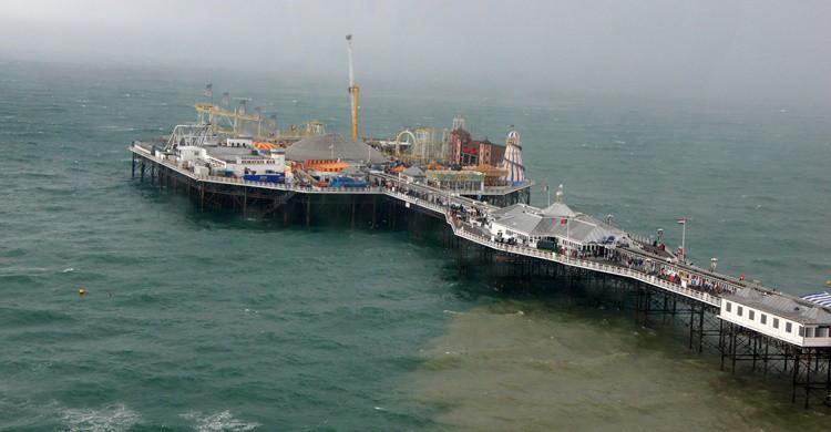 Muelle de Brighton con su pequeño parque de atracciones. Chris Sampson (Flickr)