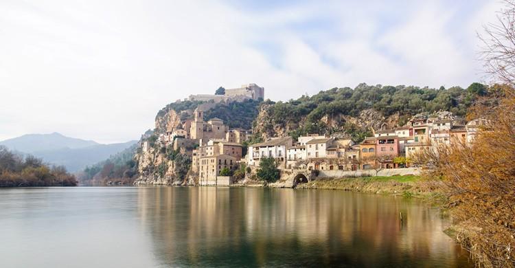Río Ebro y, de fondo, Miravet, prácticamente incrustado entre el propio río y la montaña. Martin Cox (Flickr)