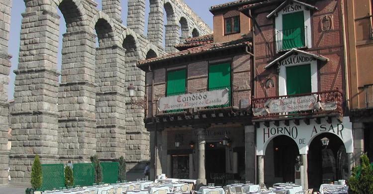 Candido, el mítico restaurante que vigila el acueducto. (http://www.mesondecandido.es/)