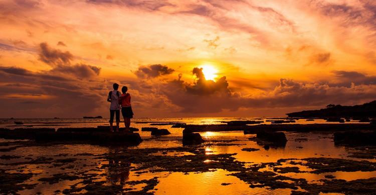 ¿Hay algo más romántico que ver una puesta de sol con tu pareja? Jonathan Leung (Flickr)